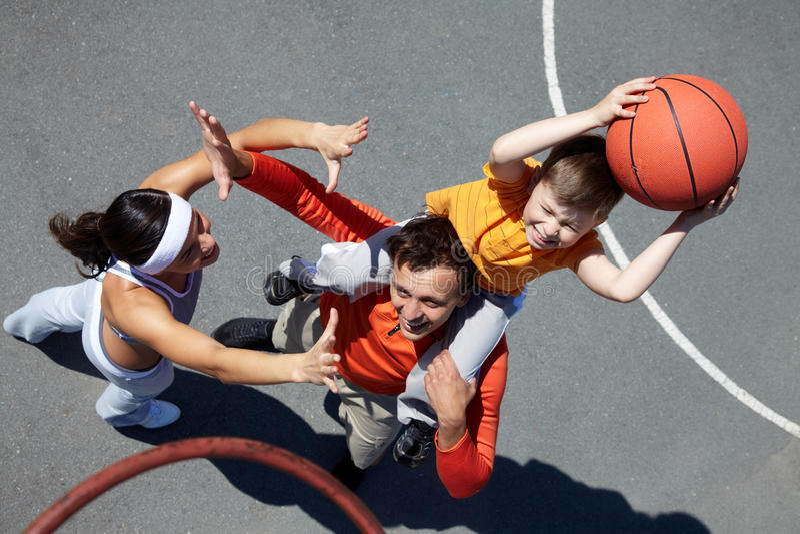 Familia de jugadores de básquet foto de archivo
