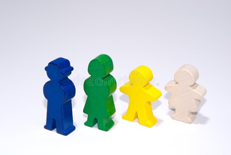 Familia de juguetes de madera en el fondo aislado blanco foto de archivo