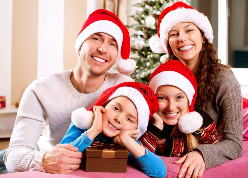 Familia de la Navidad con los niños fotografía de archivo libre de regalías