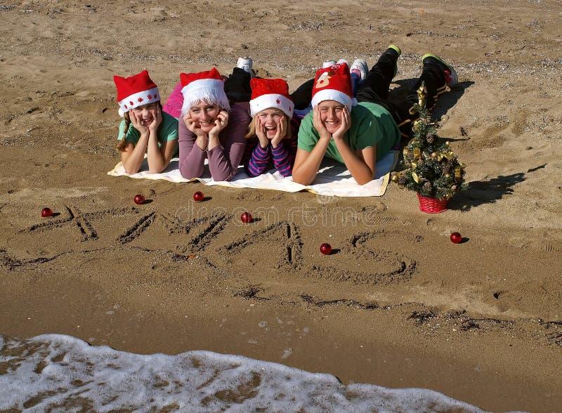Familia de la Navidad en la playa de la arena   foto de archivo libre de regalías
