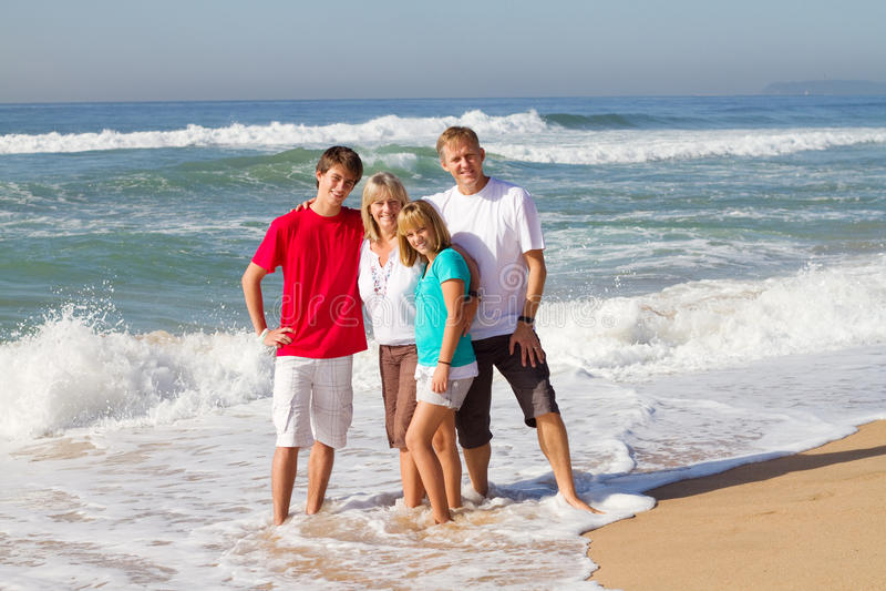 Familia de la playa foto de archivo