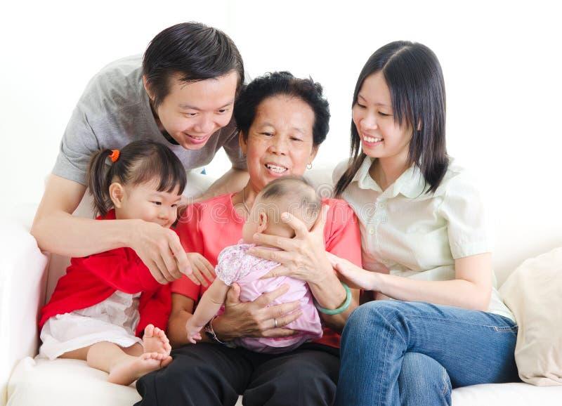 Familia de las generaciones del asiático tres imágenes de archivo libres de regalías