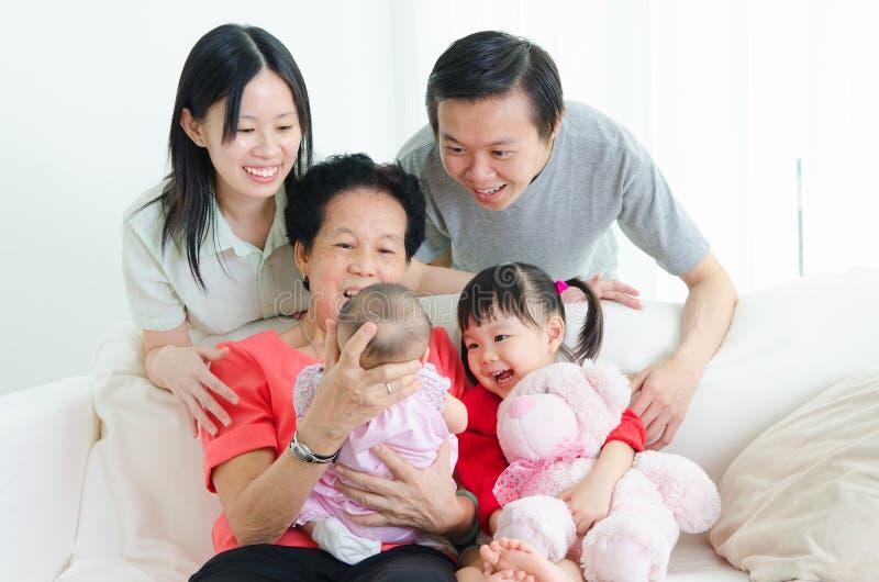 Familia de las generaciones del asiático tres imagen de archivo