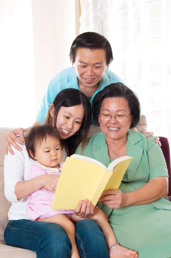 Familia de las generaciones del asiático tres imagen de archivo libre de regalías