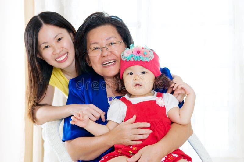 Familia de las generaciones del asiático tres fotos de archivo libres de regalías