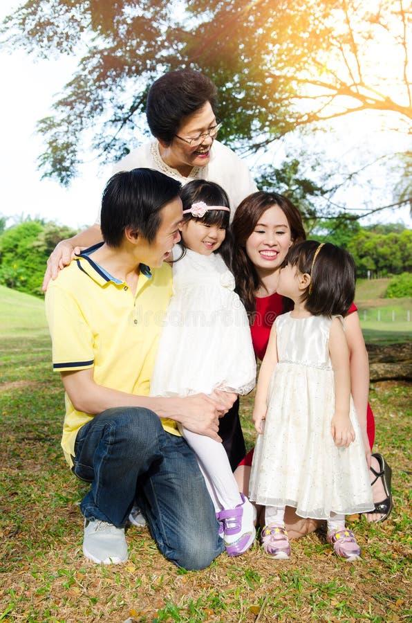 Familia de las generaciones del asiático tres foto de archivo libre de regalías
