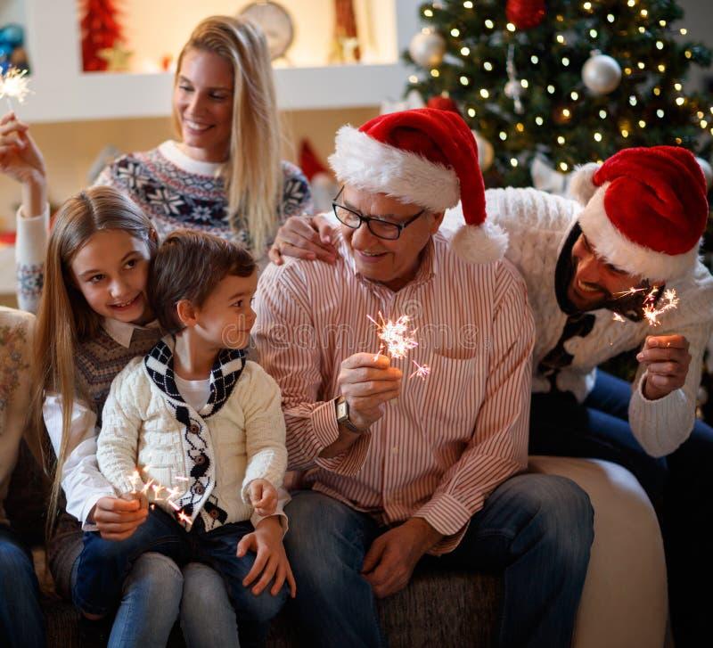Familia de los días de fiesta de la Navidad con las regaderas que celebra Navidad foto de archivo