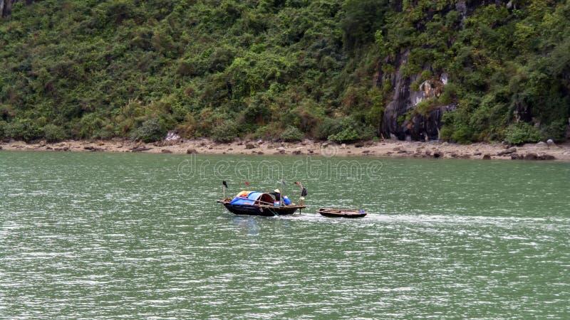 Download Familia De Los Pescadores En Bahía Larga De La Ha Foto de archivo - Imagen de escena, asia: 42435512