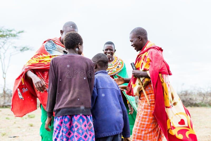 Familia de Massai que celebra y que baila imagenes de archivo
