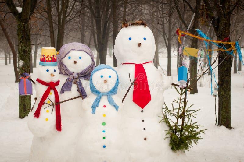 Familia de muñecos de nieve al aire libre imagen de archivo libre de regalías