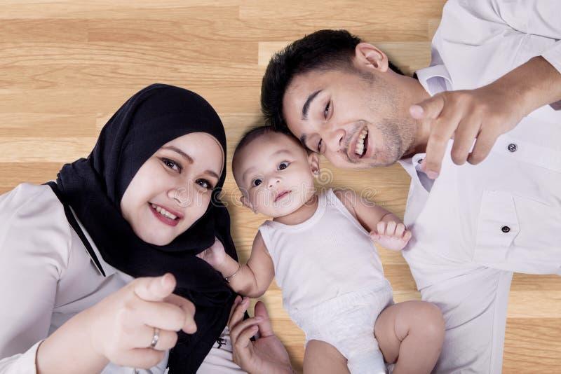 Familia de Oriente Medio que miente en el piso imagen de archivo libre de regalías