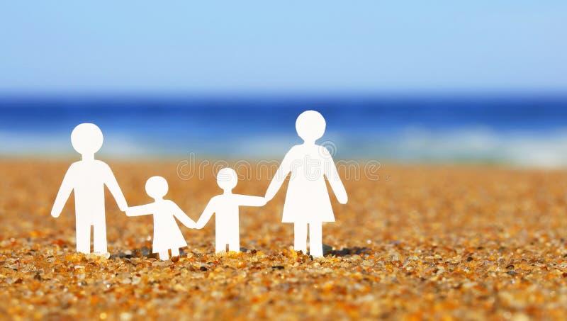Familia de papel en la playa Familia foto de archivo libre de regalías