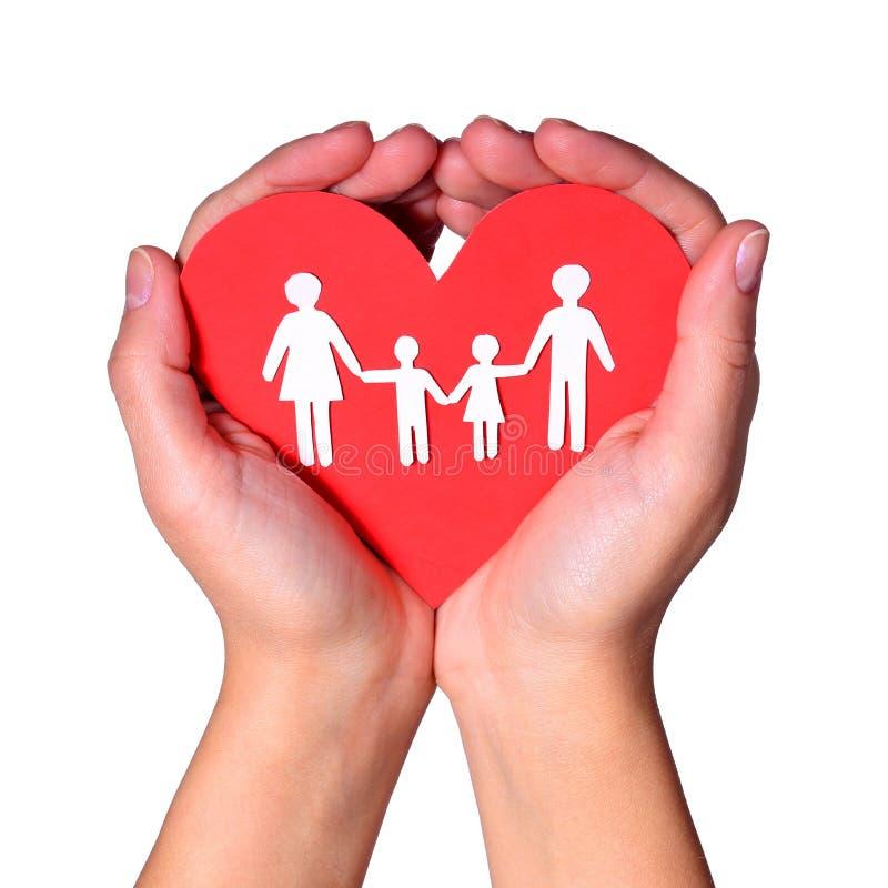 Familia de papel en las manos aisladas en el fondo blanco. Amor imagen de archivo libre de regalías
