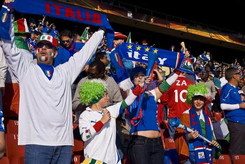 Familia de partidarios del fútbol de Italia - WC 2010 de la FIFA imagenes de archivo