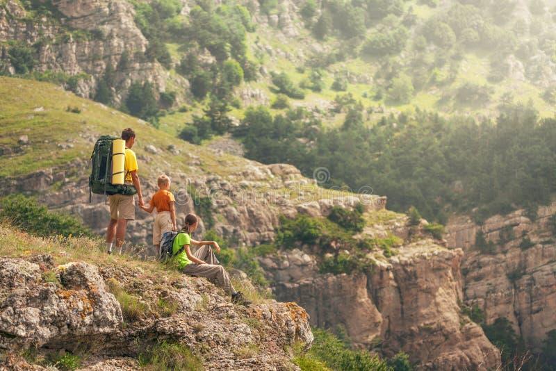 Familia de tres en las montañas imagenes de archivo