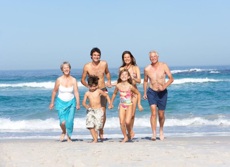 Familia de tres generaciones el día de fiesta en la playa fotografía de archivo
