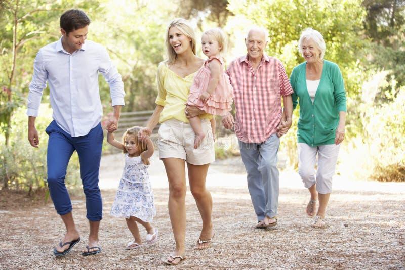 Familia de tres generaciones en paseo del país junto imagen de archivo libre de regalías
