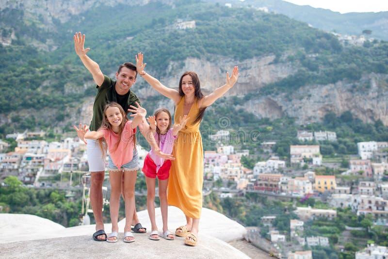 Familia de vacaciones en la costa de Amalfi en Italia fotografía de archivo