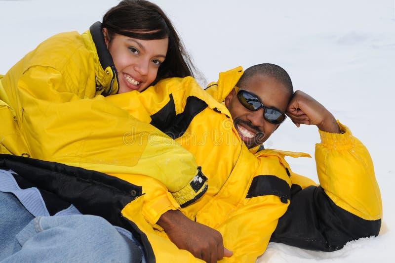 Familia del afroamericano en la estación de esquí imágenes de archivo libres de regalías