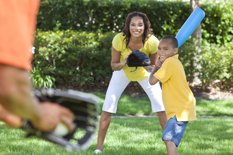 Familia del afroamericano que juega a béisbol fotos de archivo