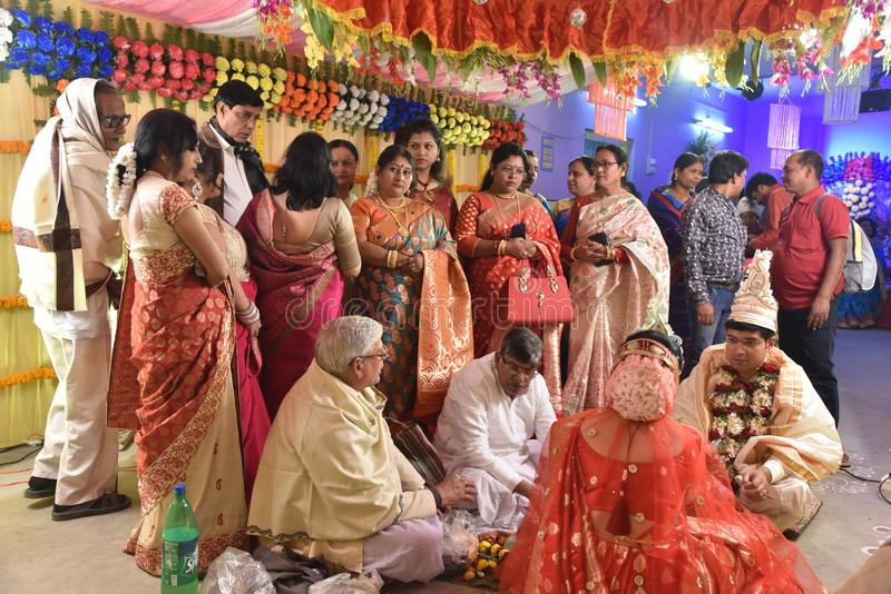 Familia del bengalí durante el matrimonio imagenes de archivo