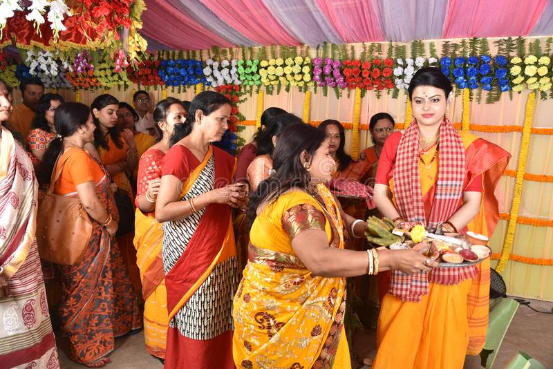 Familia del bengalí ocupada para los rituales del matrimonio fotos de archivo
