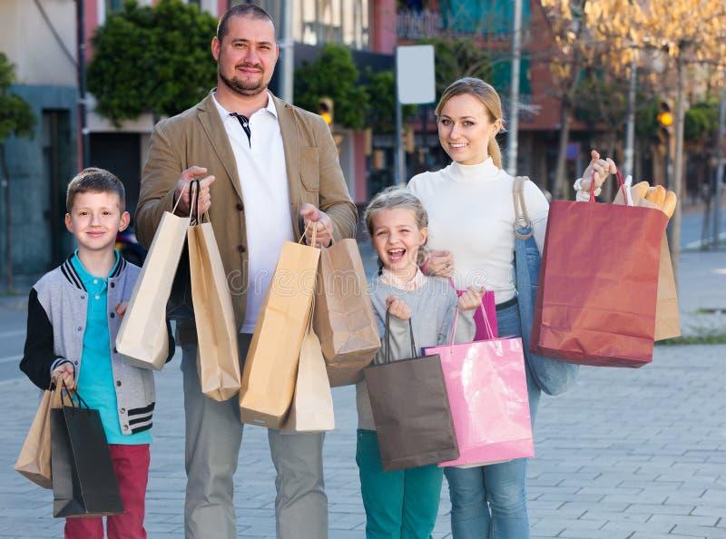 """familia del ¿del ï"""" que hace compras feliz junto fotografía de archivo libre de regalías"""
