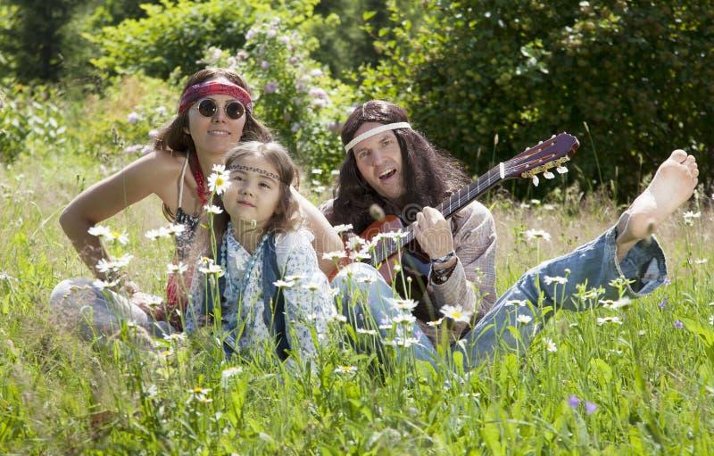 Familia del hippie que toca la guitarra fotos de archivo