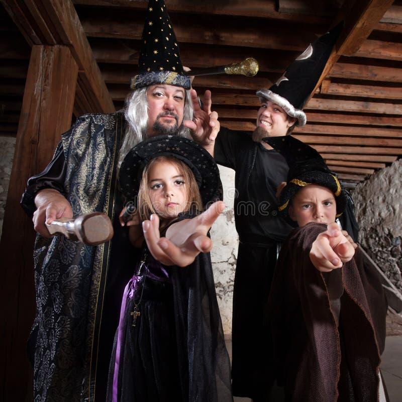 Familia del mago de Halloween imágenes de archivo libres de regalías