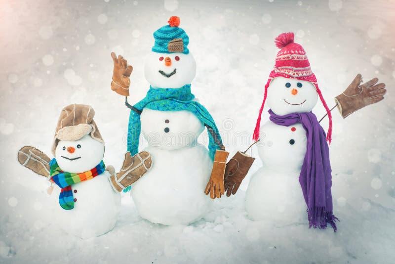 Familia del mu?eco de nieve del invierno Fondo de la Navidad con la familia del mu?eco de nieve Invierno feliz Mu?eco de nieve en fotos de archivo