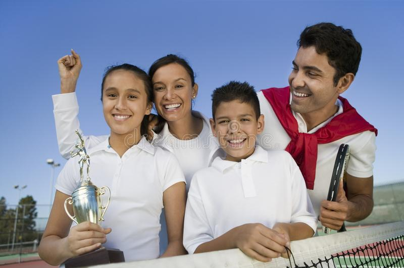 Familia del tenis en la red en campo de tenis imágenes de archivo libres de regalías
