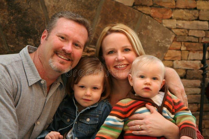 Familia delante de la chimenea imagenes de archivo