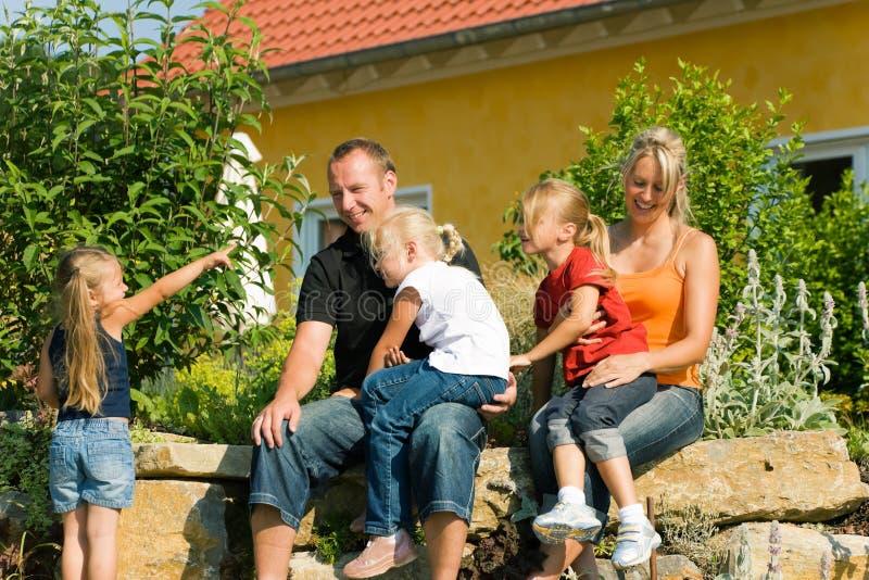 Familia delante del hogar fotos de archivo libres de regalías