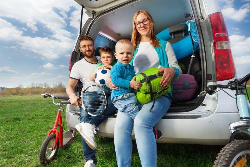 Familia deportiva feliz en las vacaciones de verano imágenes de archivo libres de regalías