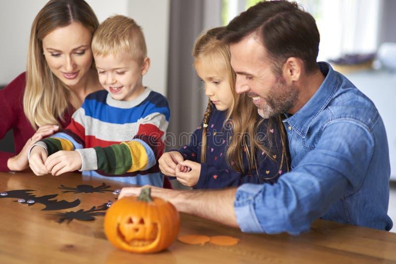 Familia durante Halloween imagen de archivo libre de regalías