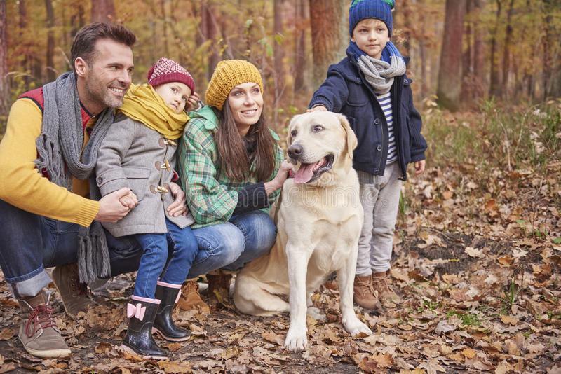 Familia durante otoño foto de archivo libre de regalías