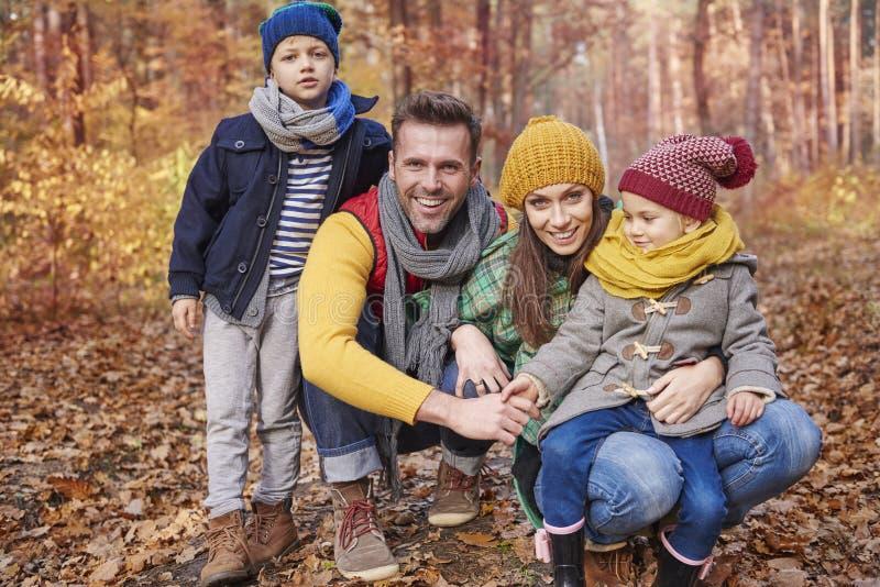Familia durante otoño fotografía de archivo libre de regalías