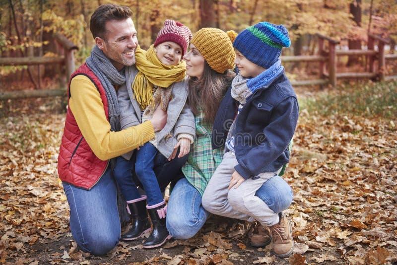 Familia durante otoño imagenes de archivo