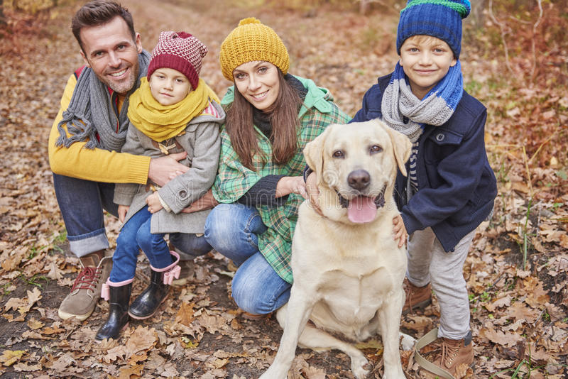 Familia durante otoño fotos de archivo