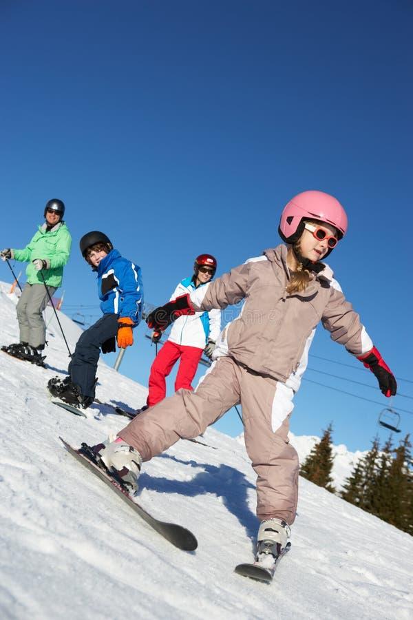 Familia el día de fiesta del esquí en montañas imagen de archivo libre de regalías
