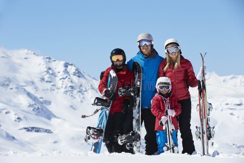 Familia el día de fiesta del esquí en montañas foto de archivo