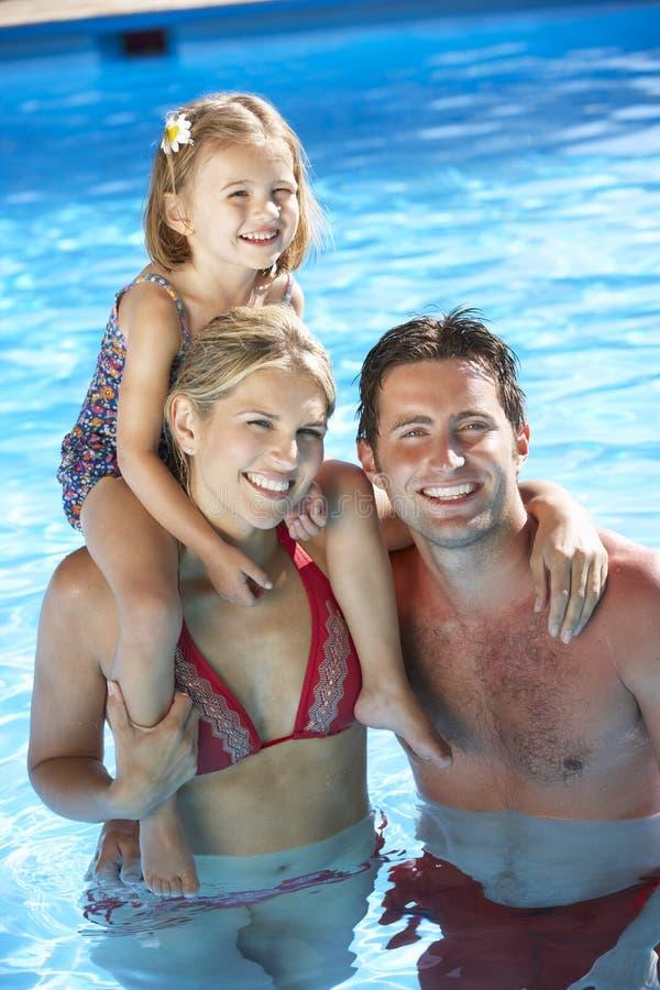 Familia el día de fiesta en piscina fotografía de archivo libre de regalías