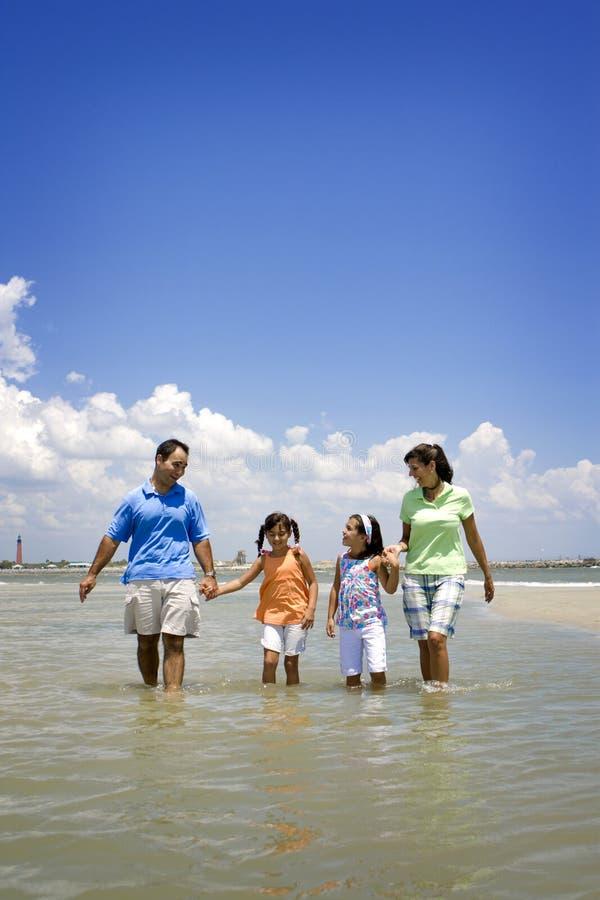 Familia el vacaciones de la playa fotografía de archivo libre de regalías