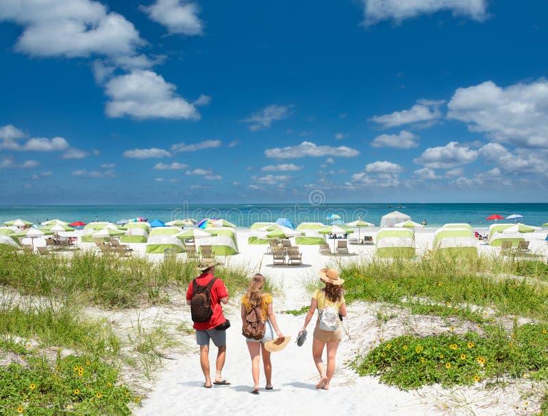 Familia el vacaciones de la playa del verano en la Florida foto de archivo