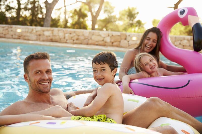 Familia el vacaciones en Inflatables en piscina al aire libre fotos de archivo