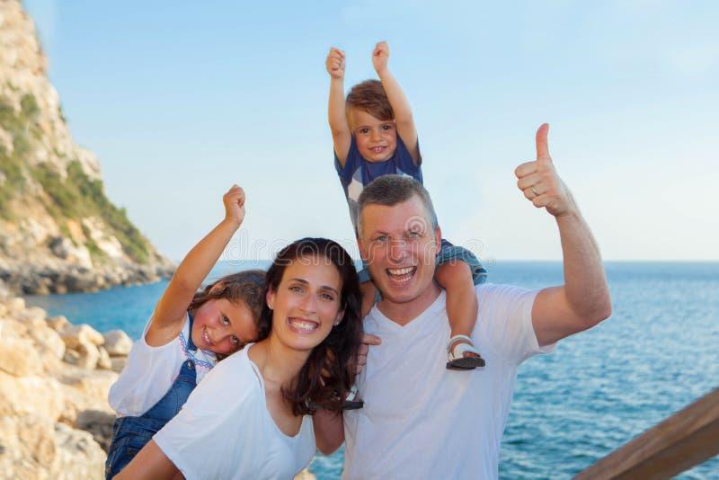 Familia el vacaciones, papá de la momia y niños fotografía de archivo