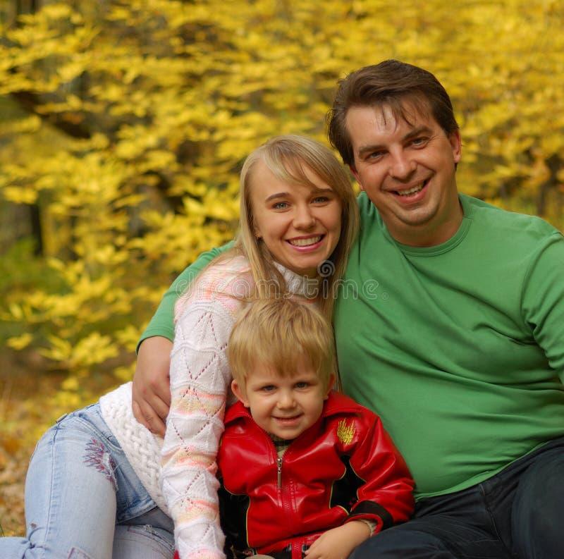 Familia en bosque del otoño fotos de archivo