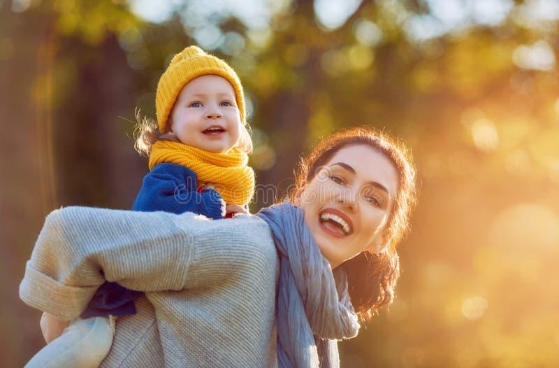 Familia en caminata del otoño imagen de archivo libre de regalías