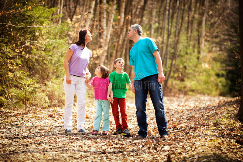 Familia en campo fotos de archivo