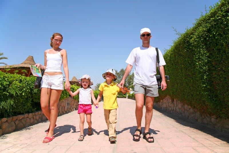 Familia en centro turístico imagen de archivo libre de regalías
